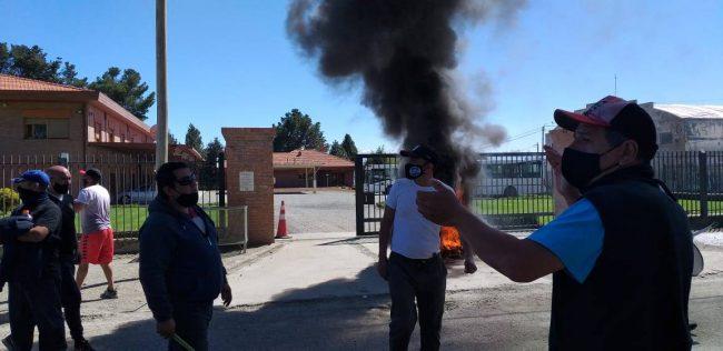 Transporte: crece la tensión y el municipio de Bariloche compromete gestiones para el pago de salarios