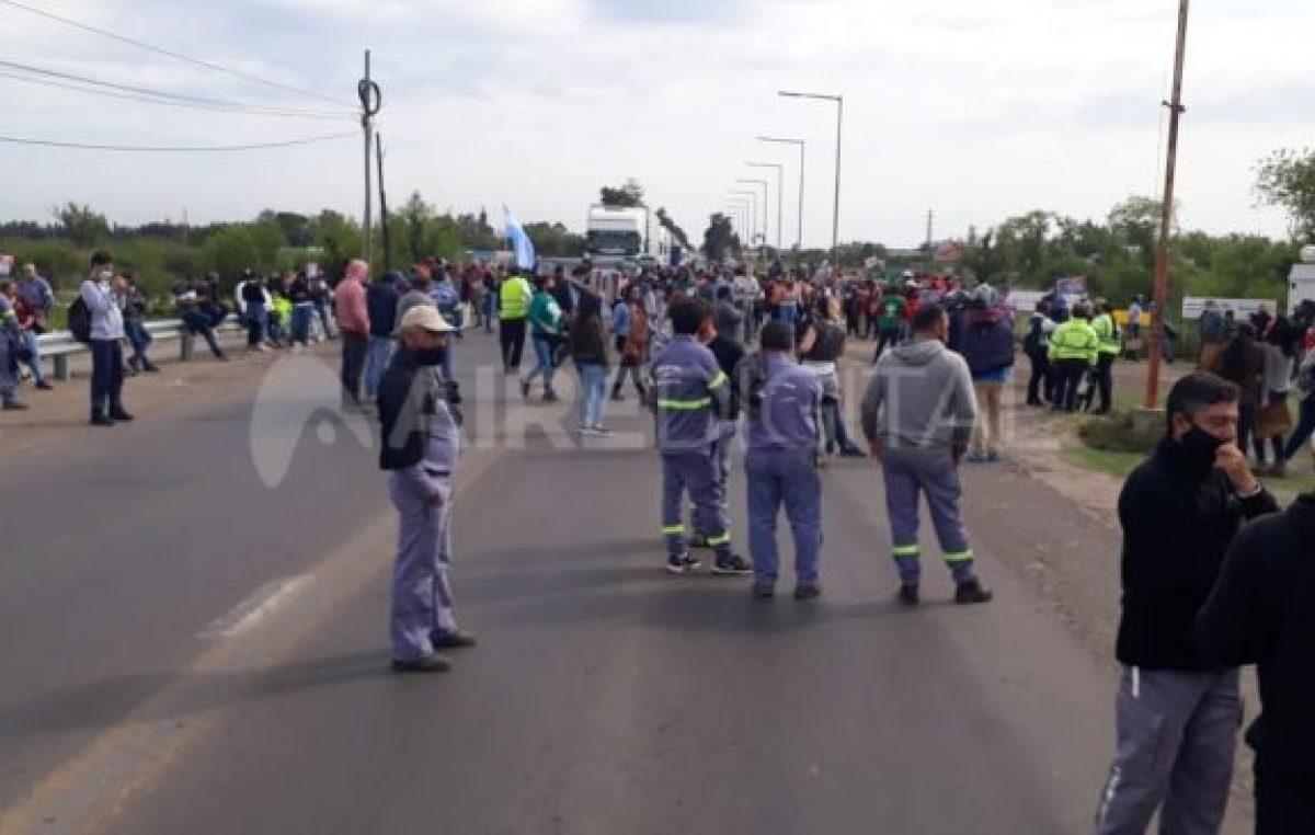 Los trabajadores municipales cortaron la autopista Rosario-Santa Fe y la Ruta 11
