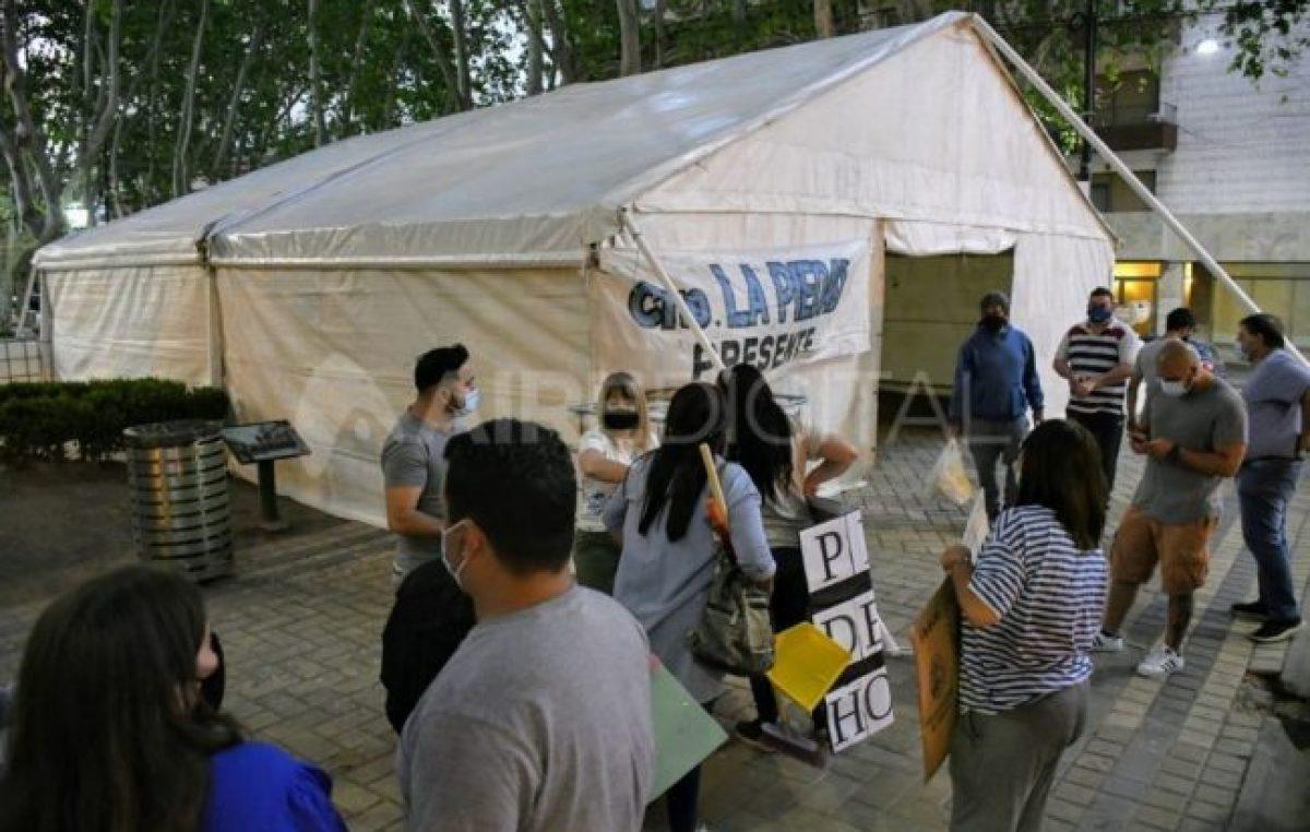 Los trabajadores municipales de Rosario instalaron una carpa enfrente de la Municipalidad
