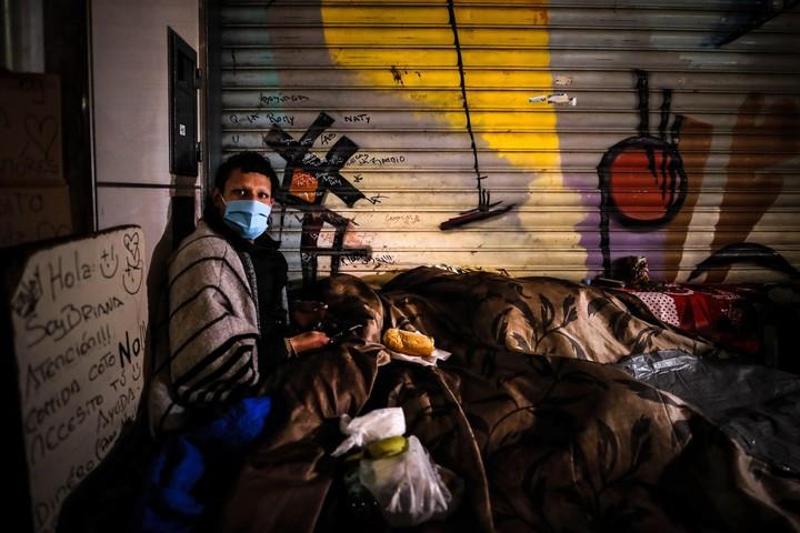"""Sin techo: denuncian que el Gobierno porteño """"no cumplió con su responsabilidad"""" de proteger a un centenar de personas en la pandemia"""