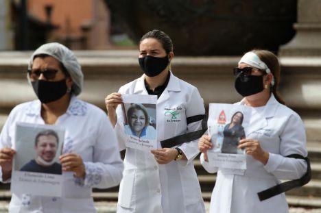 """Médicos brasileños salen a la calle para pedir el """"fin del fascismo"""" en las elecciones municipales"""