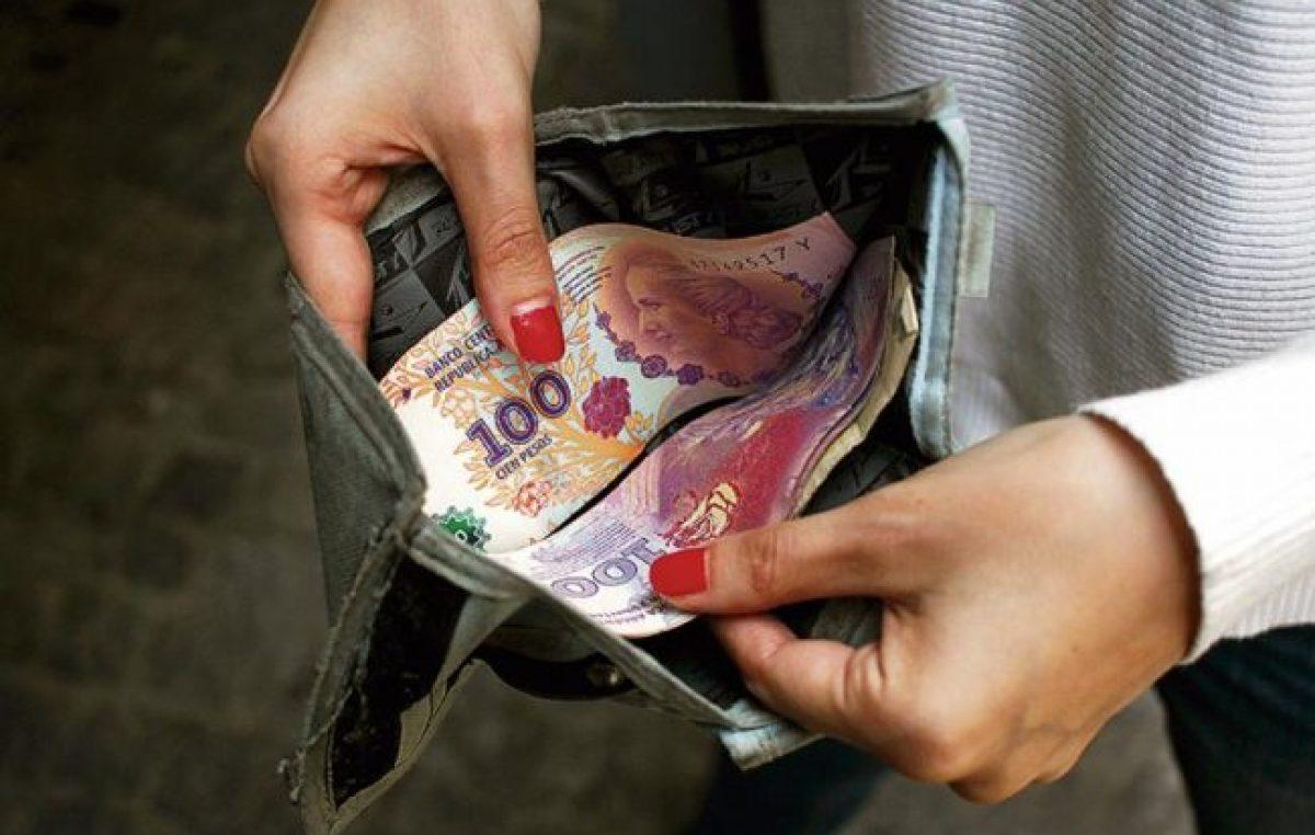 El deterioro del salario mínimo de Argentina: ¿cuántos sueldos se necesitan para comprar un celular y cuántos en la región?