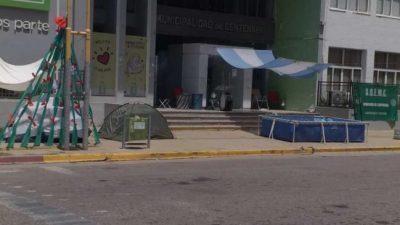 Continúa el acampe en el Municipio de Centenario, tras no ser recibidos
