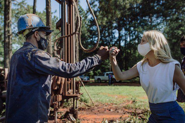 Fabiola Yañez impulsó obras de agua potable en municipios de Misiones