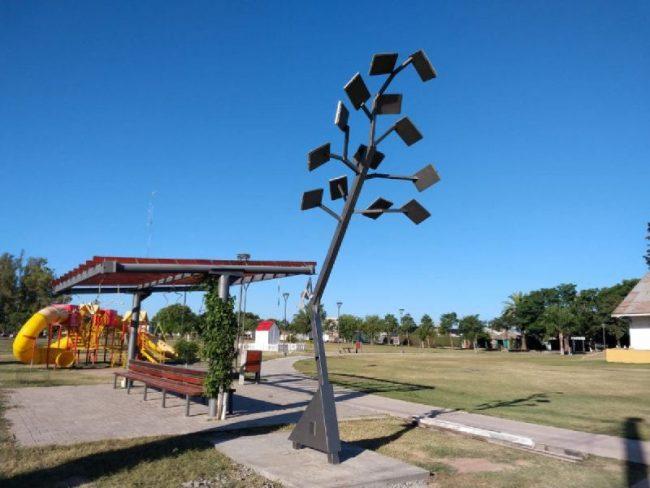 Habilitaron el primer árbol solar público en Porteña