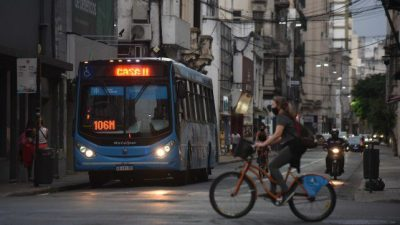 Una encuesta revela que los rosarinos dejan el colectivo y se mueven en bicicleta o caminando