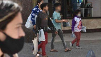 Unos 60 grupos familiares con niños mendigan en las calles de Santa Fe