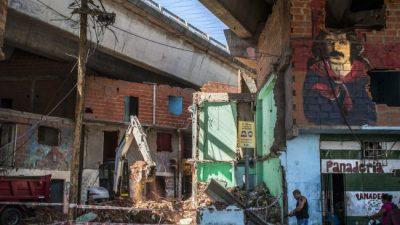 Villa 31: vecinos y vecinas viven entre escombros en el Bajo Autopista