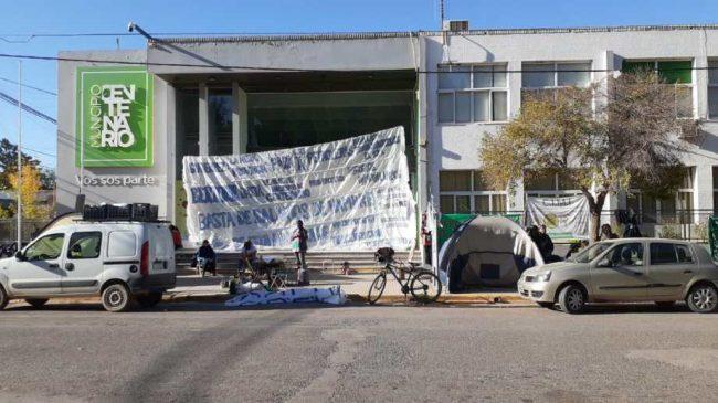 Trabajadores de Centenario acampan y bloquean el ingreso a las dependencias municipales
