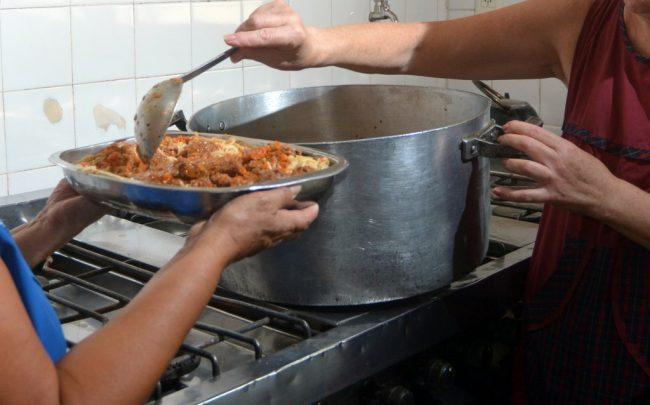 Reconquista: La única salvación para muchos adultos mayores son los comedores municipales