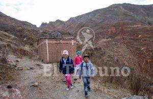 En Salta un alumno rural primario camina para ir a la escuela casi tres horas, y uno secundario, cinco