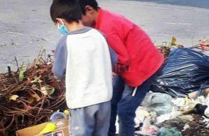 Chicos que buscan comida entre la basura, una escena que se repite en los barrios de Santa Fe