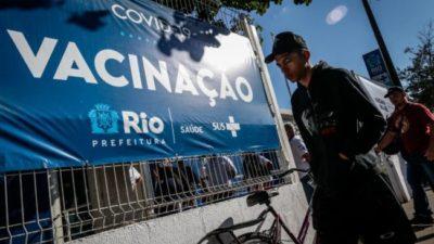 Las favelas de Brasil reciben su primera campaña de vacunación masiva contra el coronavirus