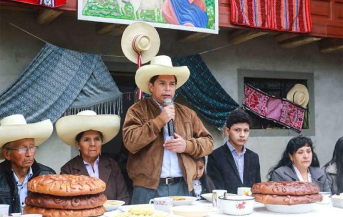 Pedro Castillo, el «hijito» de doña Mávila, toma el mando de Perú